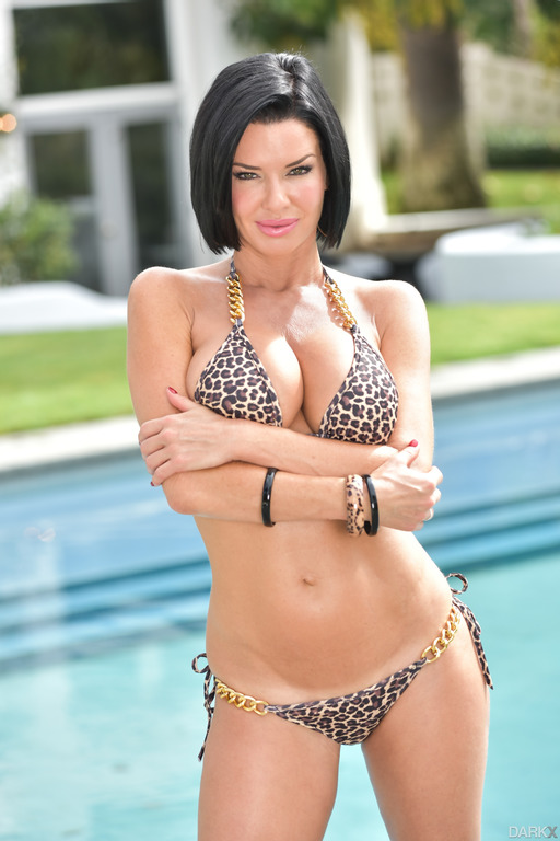 Amazing Milf Veronica Avluv Undressing Outdoor At The Pool -4321