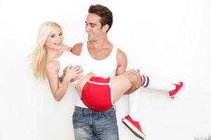Handsome guy pleases his hot girlfriend Piper Perri