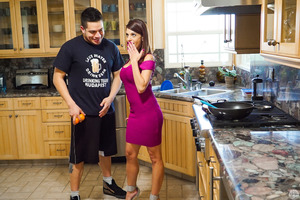 Perfect mommy Eva Long gets nailed in her kitchen