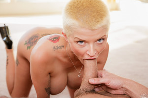 Short-haired pornstar Joslyn James sucking big dick