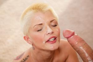 Short-haired pornstar Joslyn James sucking big dick