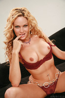 Curly Prinzzess shows off her forms in red underwear