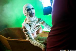 Danny D and his wife are spending their first night in and brand new house. Danny is certain that the place is haunted. Sure enough, he finds a mummy (Elicia Solis) in the basement! Luckily for him, this happens to be an outrageously sexy mummy with an un