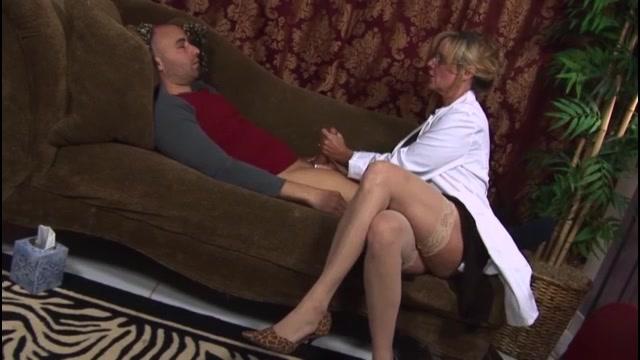 image Masturbación con la mano con un enchufe en su culo